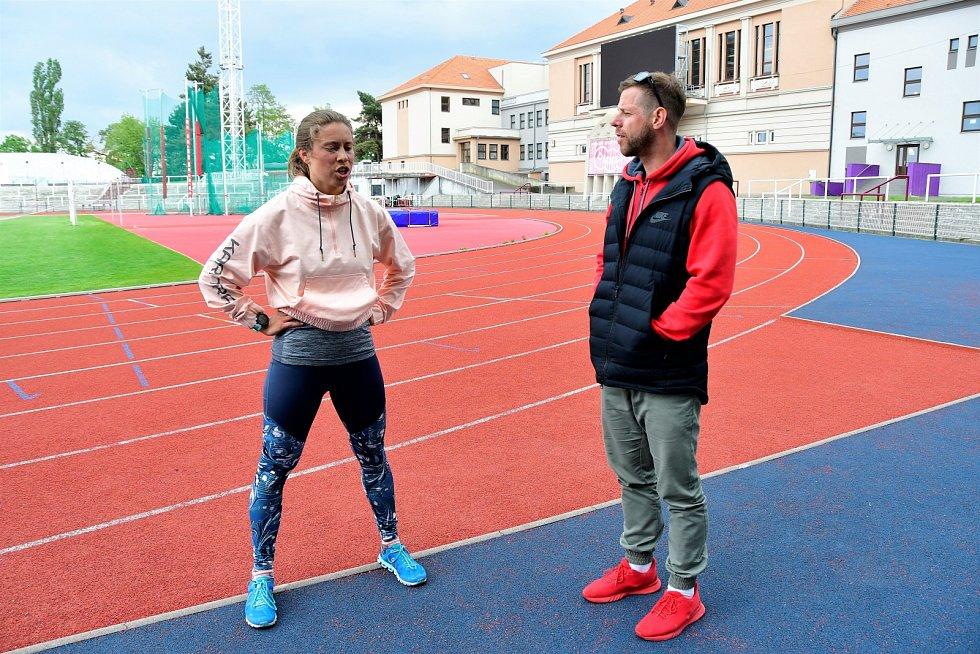 Eva Samková s atletickým trenérem Michalem Novákem.