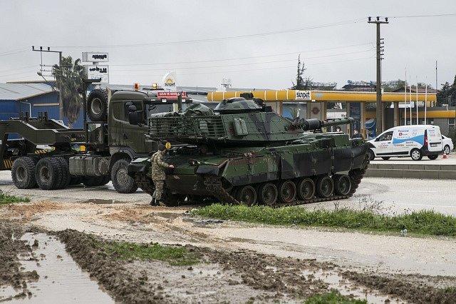 Turecko přesunulo své tanky blíž k turecko-syrské hranici