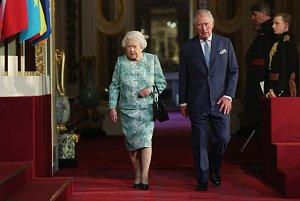 Britská královna Alžběta II. a princ Charles