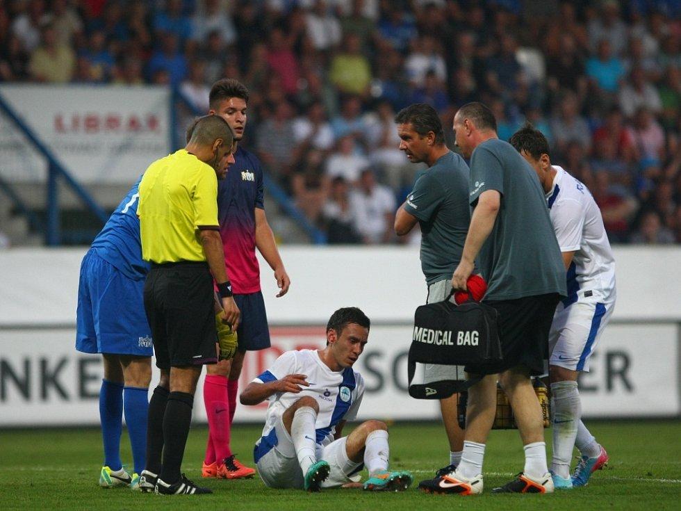 Otřesený Sergii Rybalka z Liberce po střetu s hráčem Curychu.