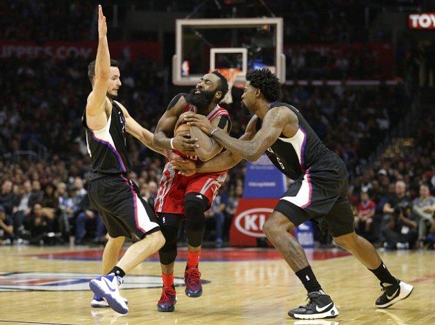 James Harden (uprostřed) v utkání proti Los Angeles Clippers