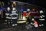 Pražští hasiči vyprošťují muže, kterého srazila tramvaj u zastávky Krejcárek.