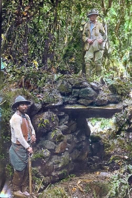 Hiram Bingham (nahoře) s domorodým zaměstnancem při zkoumání naleziště Espiritu Pampa v Peru. Právě zde se později potvrdilo sídlo Inků Vilcabamba, které Bingham původně hledal.