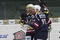 Hokejisté Chomutova Michael Frolík (vlevo) a Miroslav Zálešák se radují z gólu.