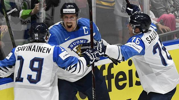 Hráči Finska se radují z druhého gólu. Zleva Veli-Matti Savinainen, autor branky Marko Anttila a Jere Sallinen.
