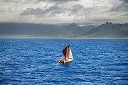 Tradiční havajská kanoe, která objela svět bez moderních vymožeností.