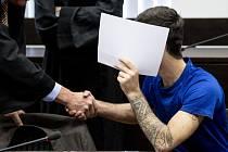 Německý soud dnes na doživotí poslal do vězení Iráčana, který loni znásilnil a zavraždil 14letou dívku. Informovala o tom agentura DPA. Případ v zemi vyvolal velké pobouření a proces provázel velký zájem médií.