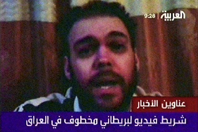 """""""Jmenuji se Peter… a zadržují mě tu už skoro osm měsíců,"""" říká muž na nedatované nahrávce, odvysílané dunajskou televizní stanicí al-Arabíja."""