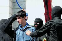 Kati navlékají smyčku iránskému muži. Ilustrační foto.
