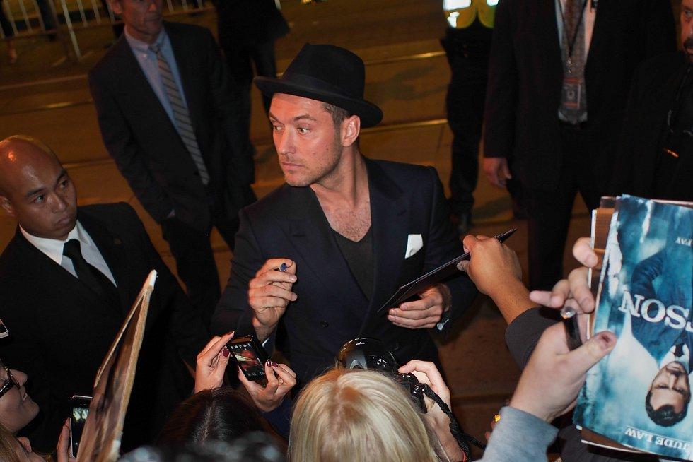 Jude Law v obležení novinářů.