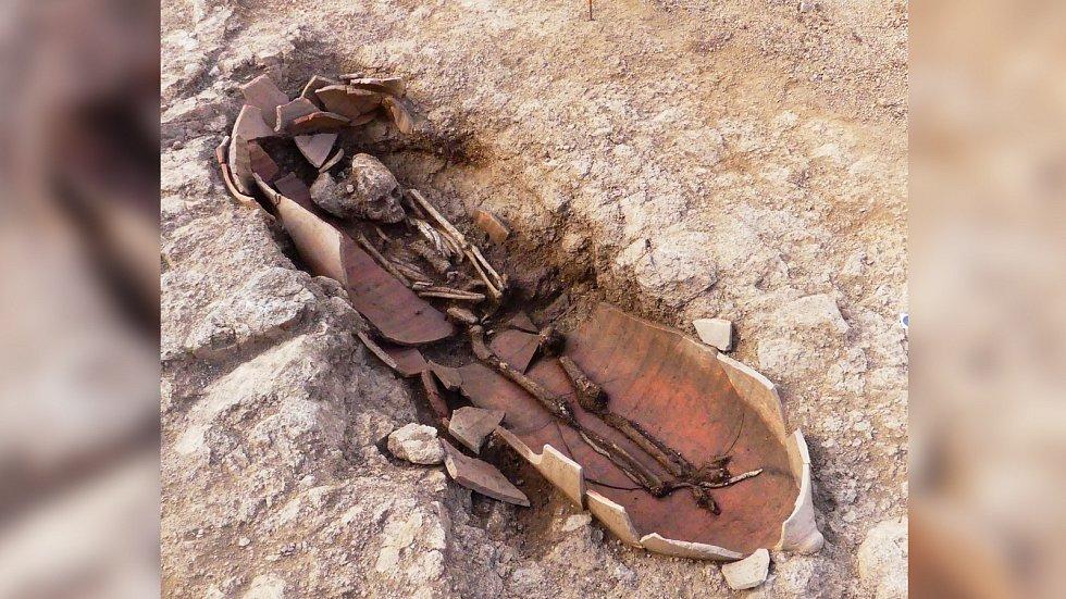 Mrtvá těla spočívala ve velkých amforách