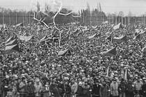 Větší shromáždění Letná nepamatuje. V listopadu 1989 se na Letenské pláni sešlo při jedné demonstraci přes tři čtvrtě milionu lidí