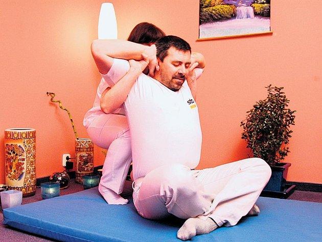 Thajská masáž připomíná ve fázi protahování některé prvky jógy.