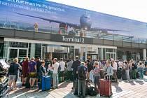 Cestující před terminálem na letišti v Mnichově