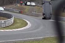 Při nehodě v automobilovém závodě na německém okruhu Nürburgring zahynul divák a několik dalších bylo zraněno.