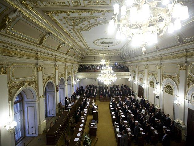 První zasedání Poslanecké sněmovny po předčasných volbách proběhlo 22. listopadu v Praze.