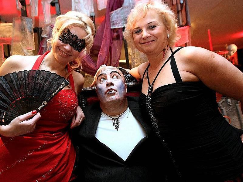Kříže, česnek, rakve, krev i samotný hrabě Drákula. Tématický ples v brněnském hotelu International nabídl v sobotu večer osmi stovkám hostů v bohatých róbách krvavý zážitek.