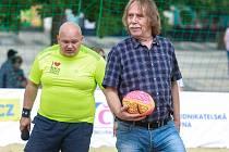 Ragby seznámilo Dalibora Čecha (vlevo) i s písničkářem Jaromírem Nohavicou, rovněž bývalým ragbistou