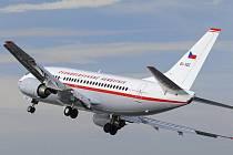 Letadlo Boeing 737-500 Českých aerolinií v retro barvách ze 60. let, které bylo 21. února představeno novinářům, prolétá nad ruzyňským letištěm v Praze.