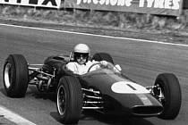 Archivní snímek z roku 1965 - Jack Brabham při závodě v Anglii