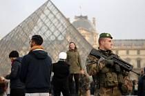 Ve Francii bude o silvestrovské noci sloužit přes 90.000 policistů a tisíce vojáků.