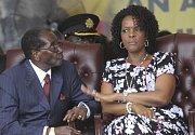 Grace Mugabeová a Robert Mugabe