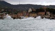 Vysoké vlny v letovisku Portofino.