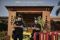 Policisté s rouškami hlídkuje před hotelem H10 Costa Adeje Palace na španělském ostrově Tenerife na snímku z 26. února 2020