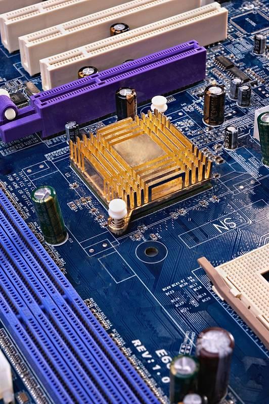 Obavy z déle trvající krize bohužel nejsou liché. Společnost Taiwan Semiconductor Manufacturing Company (TSMC), jeden z největších světových výrobců, v dubnu oznámila, že nedostatek čipů se může přelít i do let 2022 a 2023.