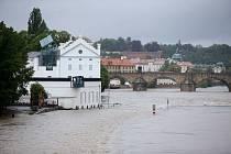 Poněkud nečekaně. Tak přišla další velká voda, jež zasáhla Prahu a podepsala se na konání některých akcí. Pod vodou se ocitlo také Museum Kampa.