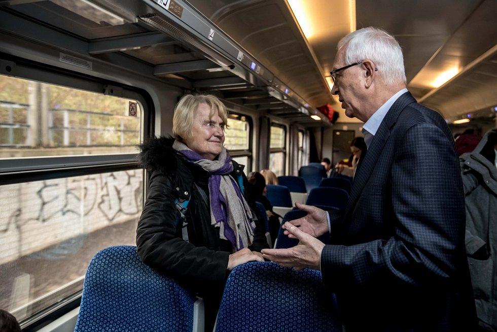Prezidentská debata ve vlaku Deníku 20. listopadu na cestě z Prahy do Ústí nad Labem. Jiří Drahoš