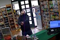 Záznam z kamery při loupeži v lékárně v Brtnici.