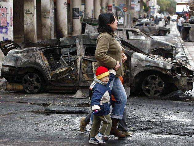 Šestý den pouliční války v Řecku se začíná pomalu uklízet nepořádek a střepy, ale neznamená to, že by boje mezi policií a demonstranty úplně ustaly.