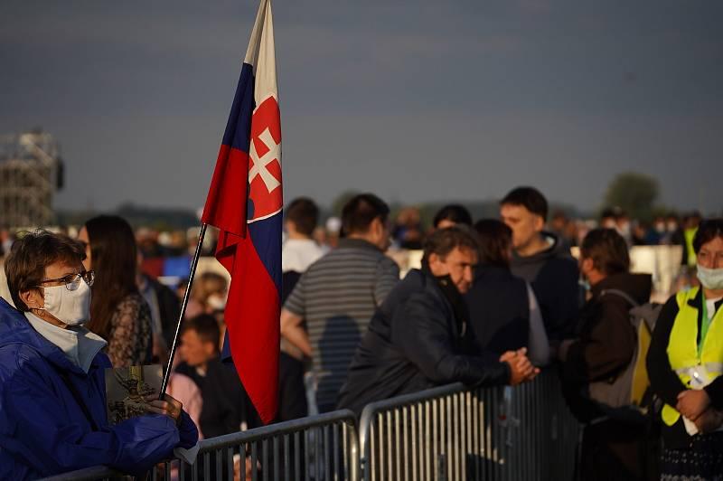 Návštěva papeže Františka na Slovensku. Vrcholem je bohoslužba v Šaštíně blízko hranic, na kterou přijeli i věřící z České republiky.