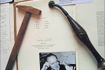 NÁSTROJE. Jan Souček ze své sbírky vystavil například freskařský pauzovací nástroj a dřevěnou paličku na úpravu grafických desek.
