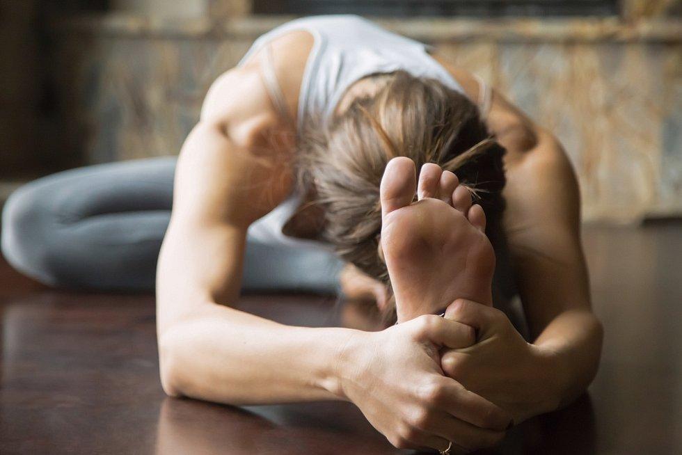 Jógu lze praktikovat i mimo podložku.