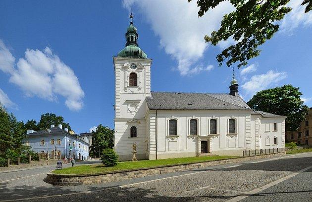 Kostel sv. Anny sDomem Jany a Josefa V. Scheybalových vpozadí.