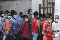 Fronta na testování ve městě Džammú