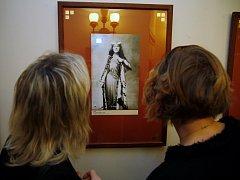 Vernisáž fotografií a vzpomínání na divadlení zpěvačku Emu Destinnovou v Národním divadle v Praze