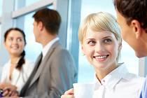 Partnerské vztahy se rodí i mezi kolegy v práci. Ilustrační foto.
