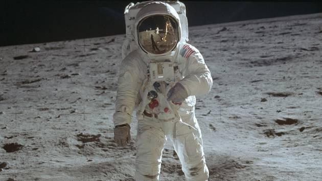 Americký astronaut Buzz Aldrin z mise Apollo 11 na měsíčním povrchu.