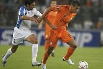 Milan Baroš z Galatasaraye (v oranžovém) bojuje s La Roccem z Bellinzony.