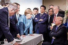 Angela Merkelová, Emmanuel Macron, Šinzo Abé a Theresa Mayová proti Donaldu Trumpovi