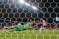 Anglický fotbalista Harry Kane dává gól Dánsku v semifinále ME.