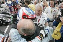 Stefan Mücke (v helmě) se krátce po dojetí raduje s členy týmu z vítězství v závodě na 1000 km v Barceloně.