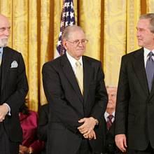 V roce 2005 obdrželi Vint Cerf a Bob E. Kahn od tehdejšího amerického prezidenta George W. Bushe Prezidentskou medailí svobody za přínos k vytvoření internetu