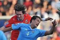 Česko - San Marino: Tomáš Rosický (v červeném) v akci.