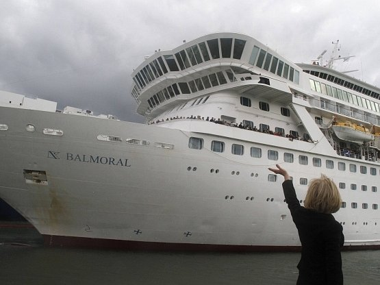 Zpět směrem k irským břehům musela obrátit loď Balmoral, která se v sobotu vydala na dvoutýdenní cestu kopírující trasu slavného Titaniku.