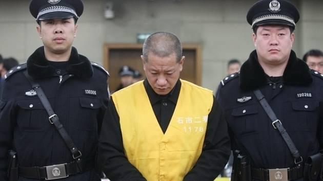 Soud v severočínském městě Š'-ťia-čuang shledal devětatřicetiletého Lu Jüe-tchinga vinným z toho, že do noků v roce 2007 vpichoval injekční stříkačkou nebezpečné látky.
