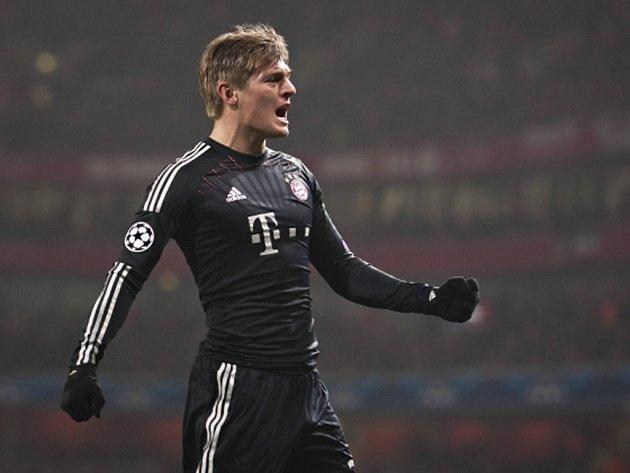 Toni Kroos z Bayernu Mnichov se raduje z gólu proti Arsenalu.